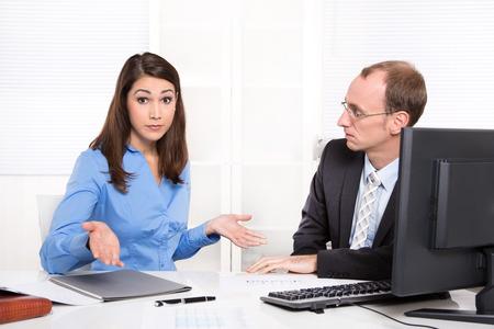 oficinista: Personas del asunto - problemas en los hombres y mujeres - los malentendidos y los problemas en el trabajo en la oficina - concepto de trabajo en equipo.