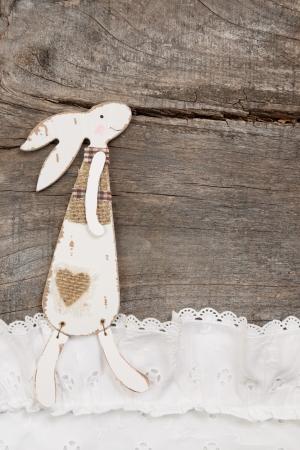 Lapin sur un fond en bois brun pour la décoration de Pâques - carte de voeux. Banque d'images - 23796361