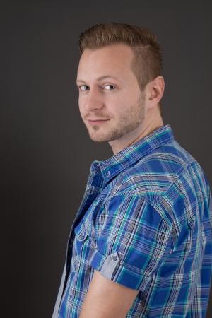 blonde yeux bleus: Beau jeune homme aux yeux bleus dans une chemise à carreaux