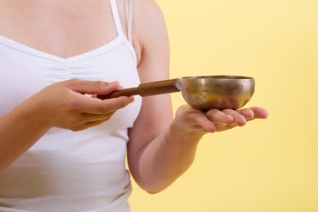 singing bowl: Singing Bowl Massaggi a mani femminili