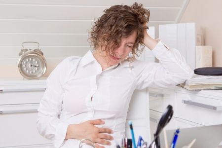 menstruacion: Mujer enferma en la oficina