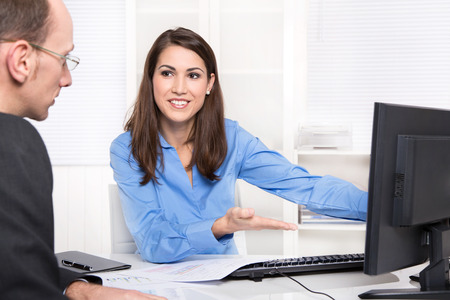 판매원 : 사업가 판매 보험이나 책상에 금융을 만든다 - 고객 지원.