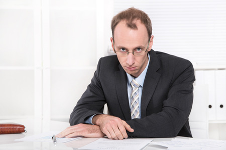 양복과 넥타이에 우울 매니저는 위기가 직장에서 화가입니다 스톡 콘텐츠