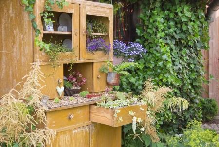 グリーティング カードの中に花に古い食器棚。