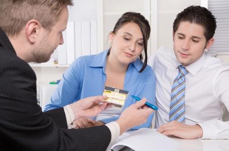 Junges Paar in einer Sitzung im Büro - Versicherung oder Bank