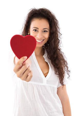 hipertension: Mujer sonriente con el corazón rojo aislado en blanco
