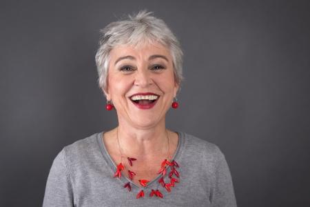 灰色髪の女性は笑ってください。