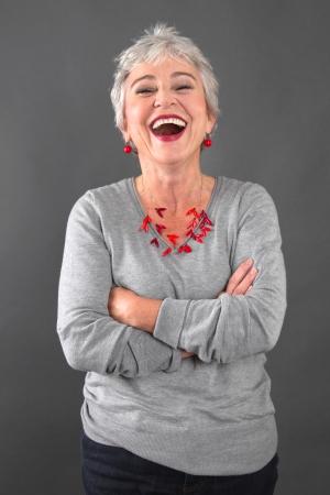 Glimlachend bejaarde dame in grijs