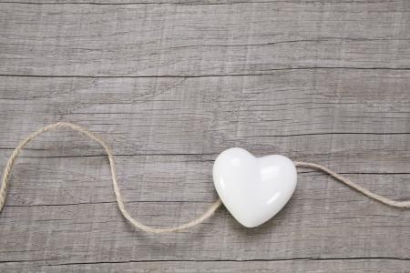 bröllop: Trä bakgrund med en vit hjärta för bröllop eller Alla hjärtans dag. Stockfoto