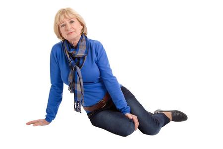 Mujer mayor feliz sentado en el suelo aislado en blanco Foto de archivo - 24541704