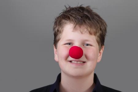 nariz roja: Niño feliz con la nariz roja