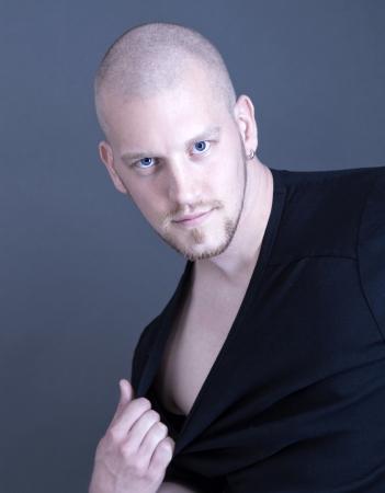 hombre calvo: Retrato de un hombre atractivo sexy joven calvo
