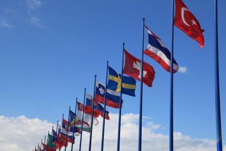 banderas del mundo: fondo del cielo con banderas internacionales