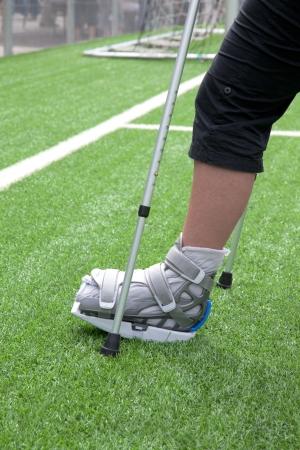 pierna rota: Fractura en el pie en un campo de fútbol