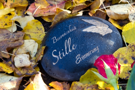 recollection: Grave stone in autumn - Prudence, silence, recollection Stock Photo