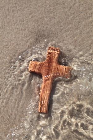 bautismo: Cruz de madera - luto concepto - die y creer