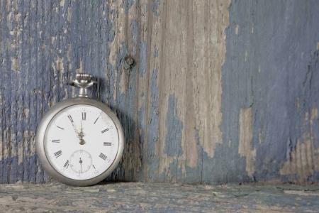 古い懐中時計がぼろぼろのシックなスタイルの木製素朴なヴィンテージ