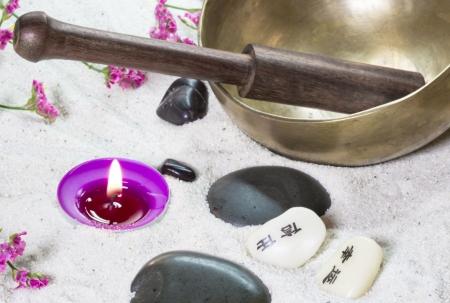 singing bowl: Disposizione Spa con una ciotola di canto