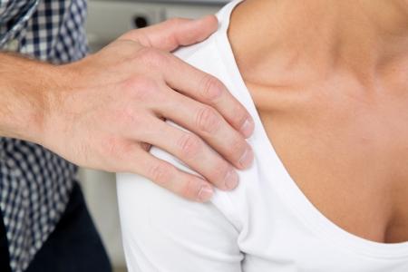 educacion sexual: Asalto sexual en el lugar de trabajo - hombre tocar a una mujer