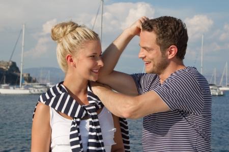 haciendo el amor: Joven pareja haciendo el amor de crucero de vacaciones en un velero Foto de archivo