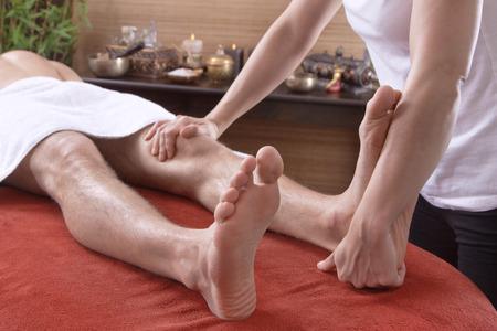 pies masculinos: El hombre en el masaje tradicional tailandés para foots Foto de archivo