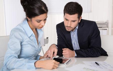 Client et consultant au bureau - consultation. Banque d'images - 25853162