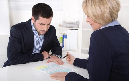 사무실에서 고객 및 컨설턴트 beween 대화.
