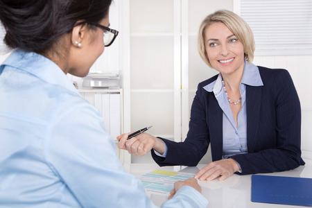 ビジネス オフィスで一緒に話している 2 つの女性会議