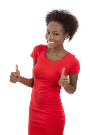 mujeres africanas: Sonriente mujer afroamericana en rojo aislado en blanco.