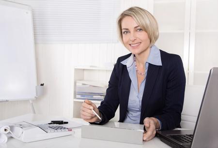 Senior business manager - la donna - che lavora come consulente.