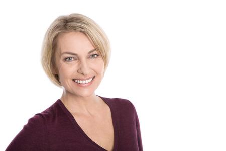 Blondynka starsza kobieta twarz na białym.