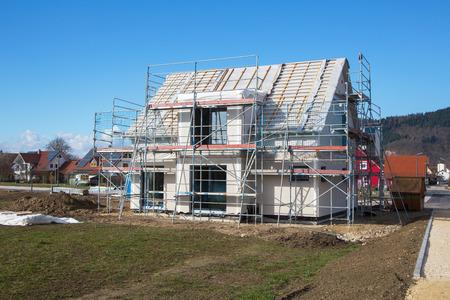 andamios: Construcción de una nueva casa prefabricada - piedra y madera.