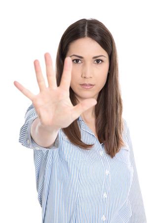 defensa personal: Retrato de una mujer joven haciendo se�al de parada con la mano - el acoso sexual Foto de archivo