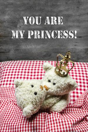 teddy bears: Uni�n - dos osos de peluche de color beige que se besan en la cama