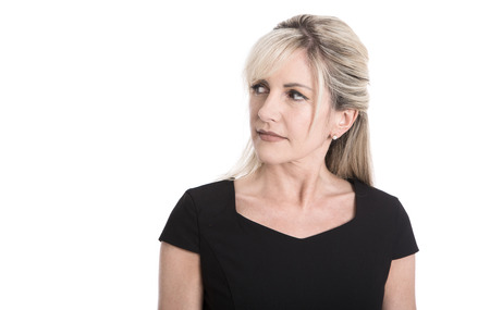 Portret: Sceptisch gezicht van een oudere aantrekkelijke blonde zakenvrouw.
