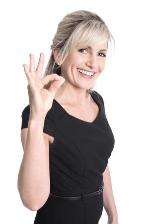 edad media: Encanto vieja mujer de negocios haciendo s�mbolo excelente con sus dedos.