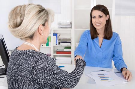 negotiation: Apret�n de manos: Dos negocios sonriente y exitoso en la oficina.
