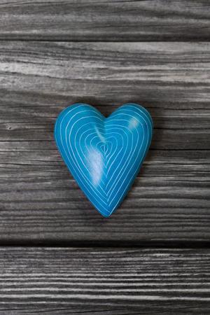 Ein türkisblauen Herzen auf grauem Shabby Chic Standard-Bild - 28339387