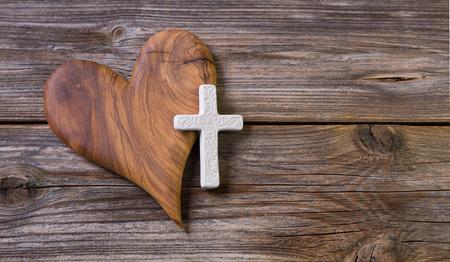 オリーブの心と黒枠の白い十字。 写真素材