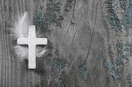 喪服: ホワイト クロス、古い素朴な上の羽を持つ