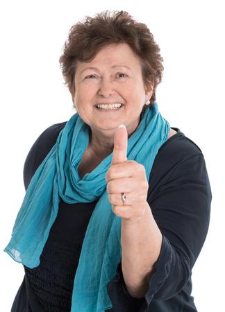 Aislado mujer de más edad feliz con el pulgar arriba y camisa azul. Foto de archivo - 28446164