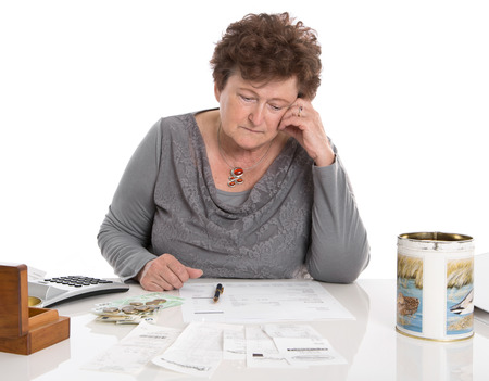 시대 개념 빈곤 - 슬픈 연금 여자는 돈 문제가있다. 스톡 콘텐츠