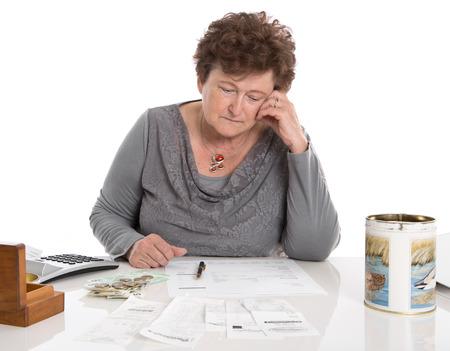 mujeres tristes: Mujer pensionista Sad tiene problemas de dinero - la pobreza en el concepto de edad.