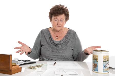 desperate: Mujer pensionista Sad tiene problemas de dinero - la pobreza en el concepto de edad.