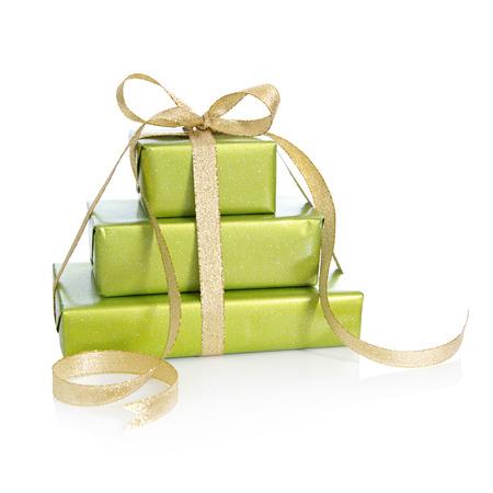 three gift boxes: Tres cajas de regalo envuelto en papel verde con la cinta de oro para la Navidad Foto de archivo