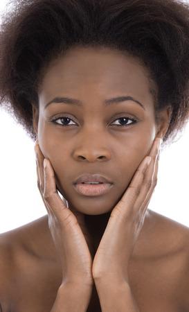 persone nere: Isolato triste e serio guardando afro americana donna nero su sfondo bianco.