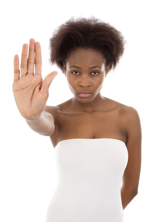 discriminacion: Aislado hermosa mujer afroamericana que hace s�mbolo del lado negro para no.