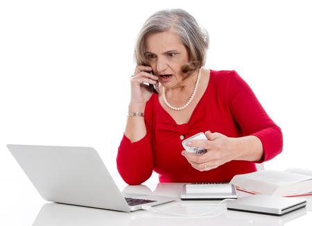 desperate: Impresionado empresaria que tiene problemas con el ordenador. Foto de archivo
