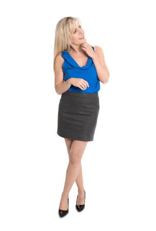 lleno: Pretty empresaria aislada en camisa azul sonriendo y mirando de reojo satisfechos.