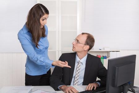 acoso laboral: Problemas menores de colegas de trabajo y mobbing concepto chisme